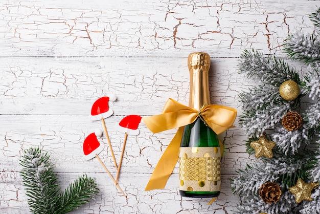 Fles champagne in een gouden verpakking met kerstversiering