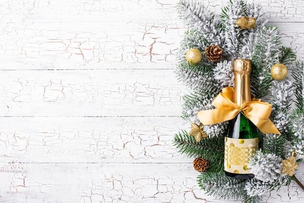Fles champagne in een gouden verpakking