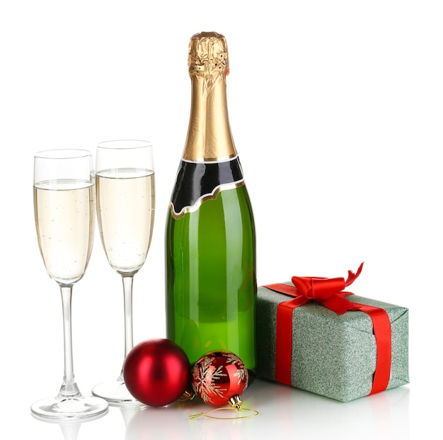Fles champagne met glazen en kerstballen op wit wordt geïsoleerd
