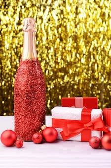 Fles champagne met kerstversiering op lichte achtergrond