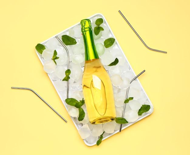 Fles champagne, munt en ijsblokjes