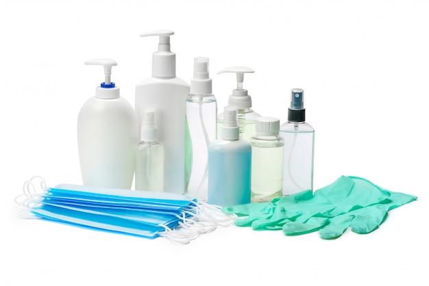 Fles crème, lotion, ontsmettingsmiddel of vloeibare zeep, latex rubberen handschoen en beschermend masker op witte tafel