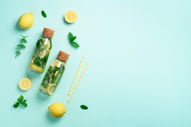 Fles detoxwater met munt, citroen. citruslimonade. zomerfruit met water doordrenkt.