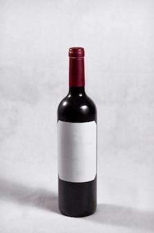Fles donkerrode wijn rode dop en wit etiket zonder letters of tekens