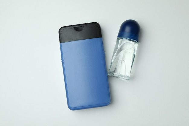 Fles douchegel en deodorant op witte achtergrond