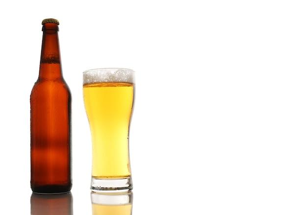 Fles en een glas bier met schuim geïsoleerd op een witte achtergrond