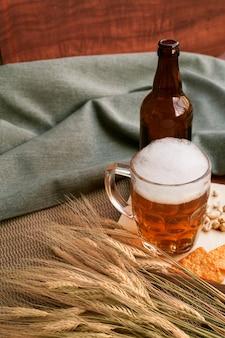 Fles en glas bier met tarwe
