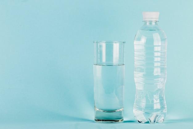 Fles en glas water