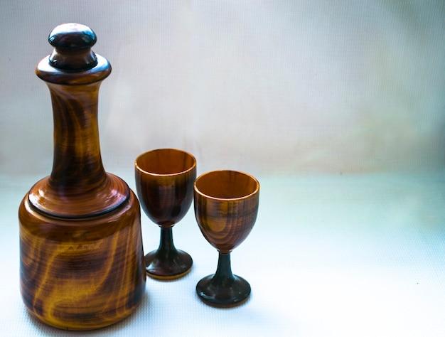 Fles en stapels uit hout gesneden