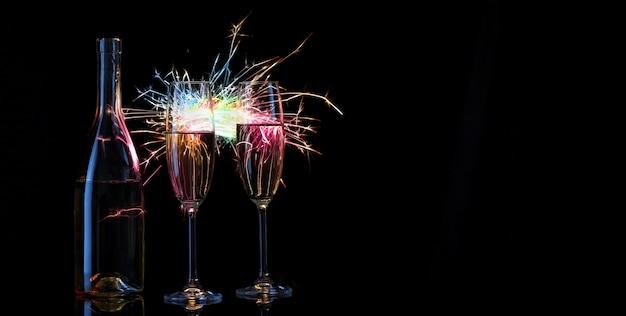 Fles en twee glazen champagne tegen de achtergrond van be