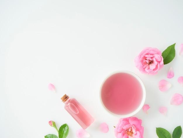 Fles etherische olie en rozen
