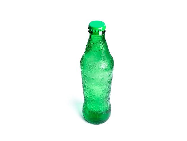Fles frisdrank geïsoleerd op wit. groene koele fles.