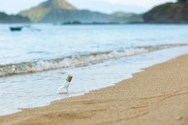 Fles in het zand.