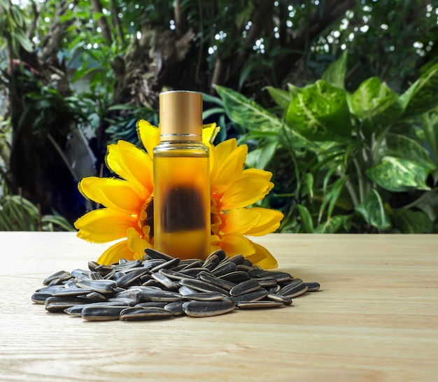 Fles koudgeperste zonnebloemolie met groep zonnebloempitten