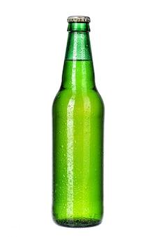 Fles licht bier dat op witte dichte omhooggaand wordt geïsoleerd als achtergrond