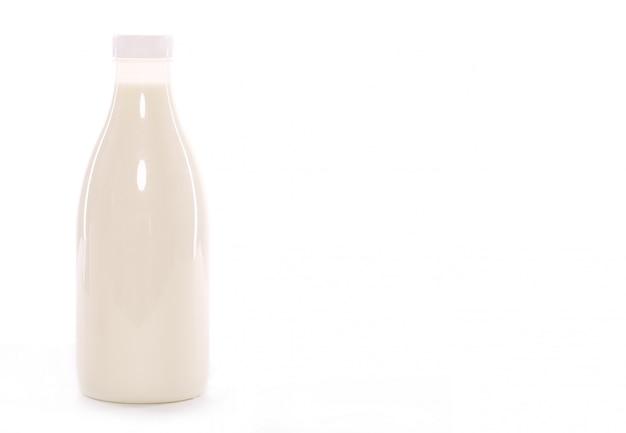 Fles melk die over witte achtergrond wordt geïsoleerd