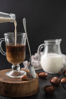 Fles melk en kopje koffie met truffels