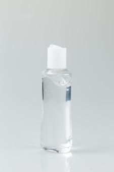 Fles met antibacteriële gel isoalted op lichtgrijze achtergrond