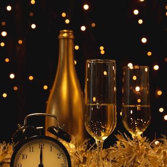 Fles met champagne die op nieuw jaar wordt voorbereid