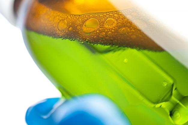 Fles met druppelaar in de handen van de arts in het laboratorium