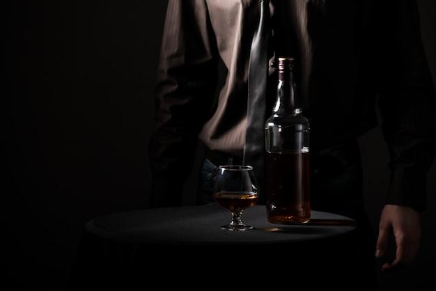 Fles met een alcoholische drank en een glas