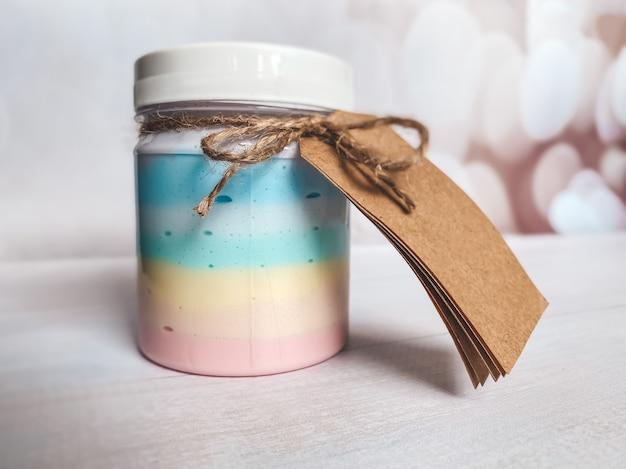 Fles met een cosmetisch product in een regenboogkleur. sjabloon voor de cosmetische industrie.