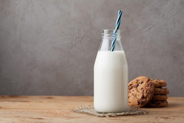 Fles met melk en chocoladeschilferkoekjes.