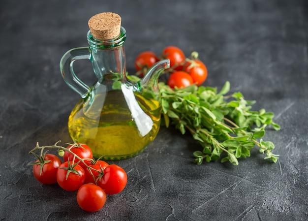 Fles met plantaardige olie en cherry tomaten