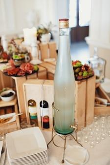 Fles met vodka staat op de tafel