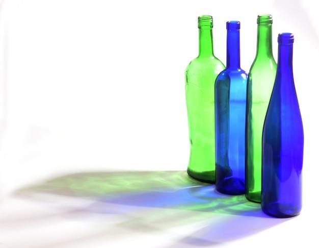 Fles met zijn schaduw met witte achtergrond