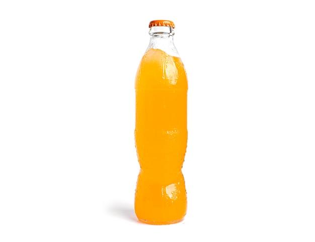 Fles oranje frisdrank geïsoleerd op wit.