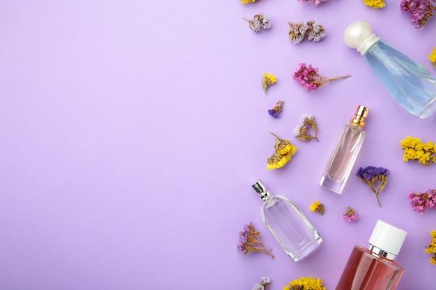 Fles parfum met bloemen. bovenaanzicht