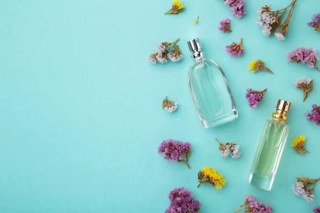 Fles parfum met bloemen met kopie ruimte