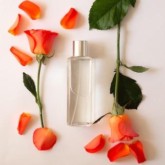 Fles parfum met rozen