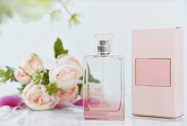 Fles parfum met verse bloemen