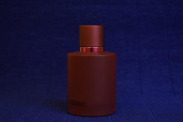 Fles parfum op een blauwe achtergrond