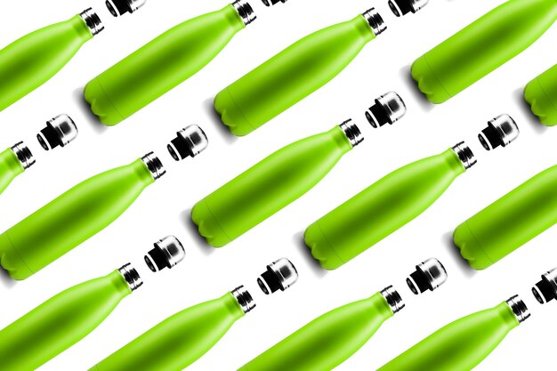 Fles patroon. set van eco kleurrijke herbruikbare stalen thermo waterflessen van groene kleur, geïsoleerd op een witte achtergrond. zero waste.
