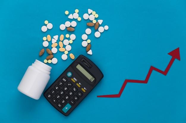 Fles pillen met rekenmachine, pijl neigt omhoog op een blauw
