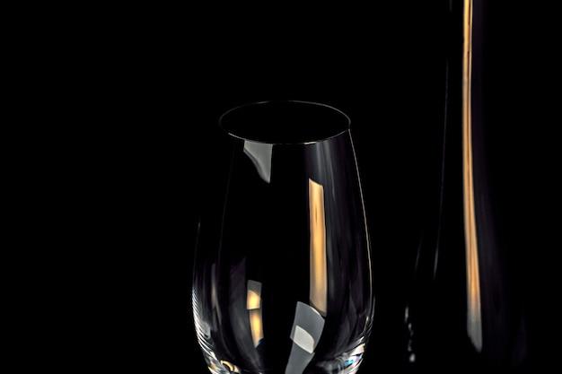 Fles rode versterkte druivenwijn met lege glaskunstfotografie op zwarte achtergrond