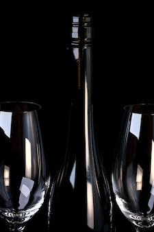 Fles rode versterkte druivenwijn met twee lege glazen kunstfotografie op zwarte achtergrond