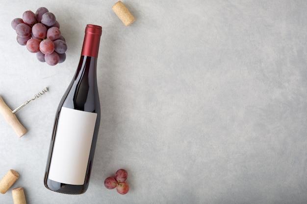 Fles rode wijn met etiket.