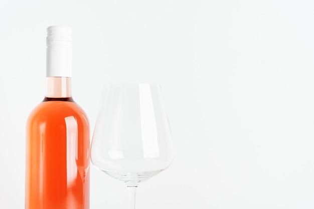 Fles roze geïsoleerde wijn