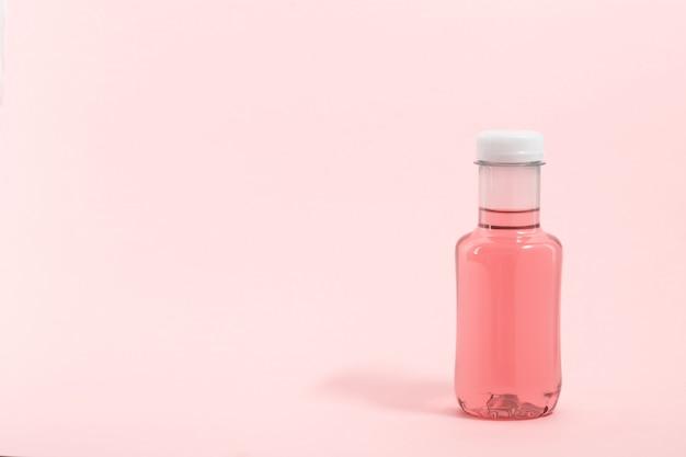 Fles roze waterdrank
