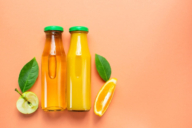 Fles vers sinaasappelsap appelsap plat leggen kopieer ruimte bovenaanzicht