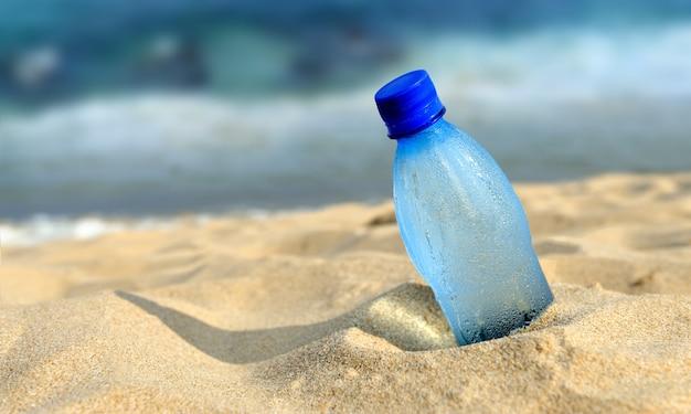 Fles vers water op het strand