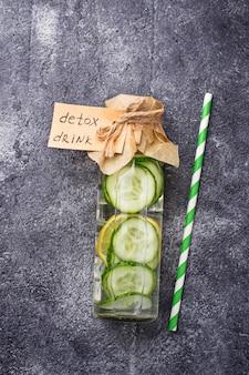 Fles verse detox drinken met komkommer en citroen