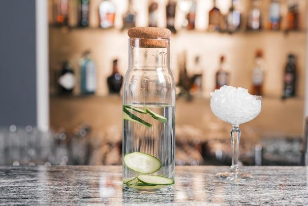 Fles vol met gin tonic