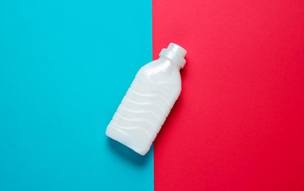 Fles wasgel op blauw rood oppervlak