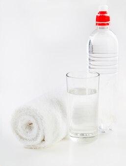 Fles water en handdoek