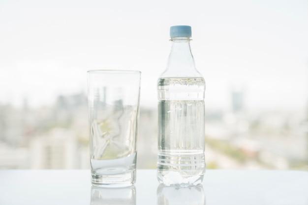 Fles water met glas